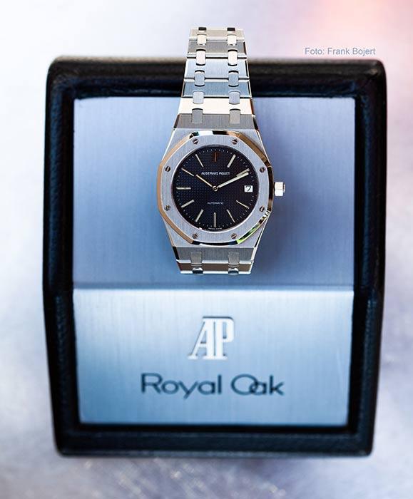 Eine Audemars Piguet Royal Oak Uhr auf der Original-Box liegend