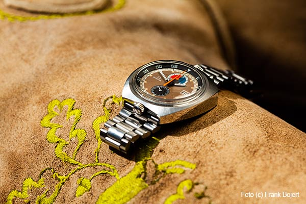 Omega Uhr auf einer Lederhose