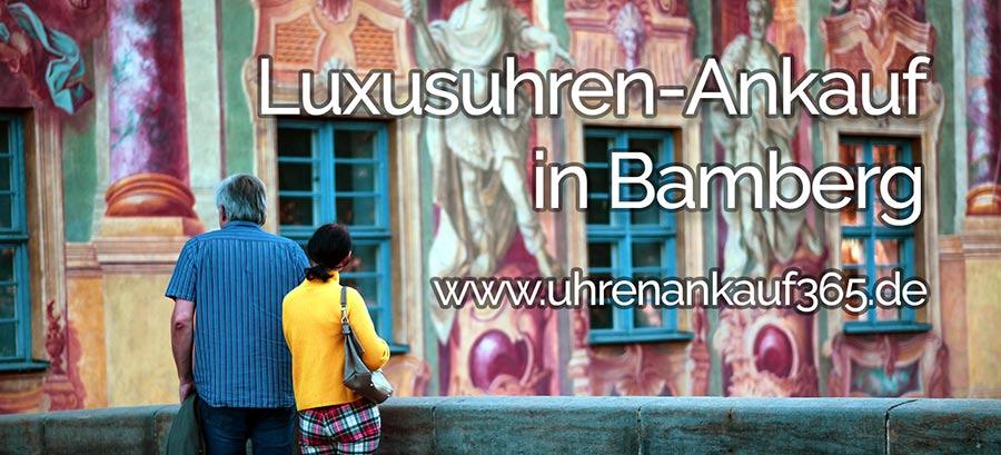 Das Foto zeigt das Alte Rathaus von Bamberg, davor stehen ein Mann und eine Frau